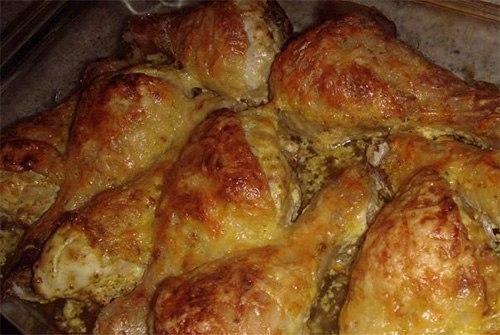 Фото к рецепту: Куриные ножки со сметаной и сыром