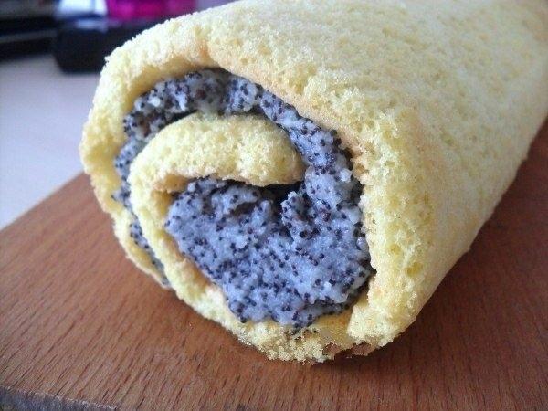 Фото к рецепту: Бисквитный рулет с маком и изюмом