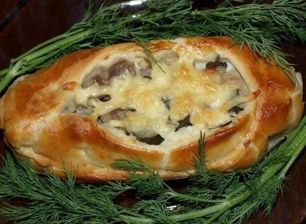 Фото к рецепту: Лодочки из слоеного теста с картофелем, мясом и огурчиками