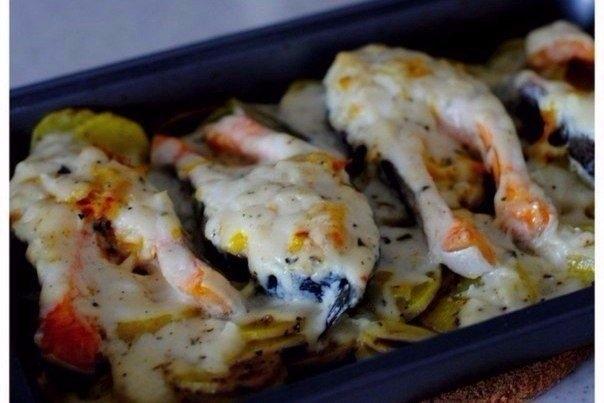 Фото к рецепту: Форель под чесночным соусом, запеченная на картофельной подушке