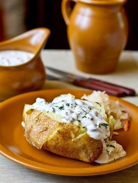 Фото к рецепту: Печеный картофель с селедочным соусом