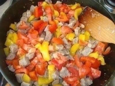 Фото к рецепту: Открытый мясной пирог с картофельным тестом
