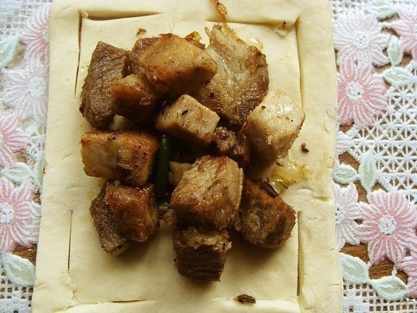 Фото к рецепту: Пирожки в слоеном тесте.