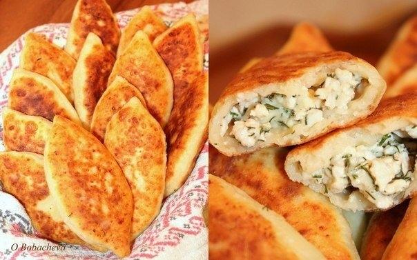Фото к рецепту: Жареные пирожки из творожного теста с куриным фаршем, сыром и зеленью