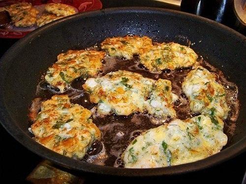 Фото к рецепту: Куриные оладьи с сыром на кефире