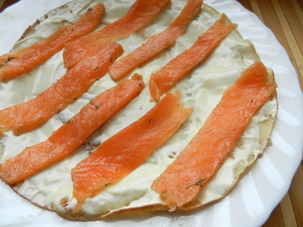 Фото к рецепту: Рулетики из блинов с лососем.