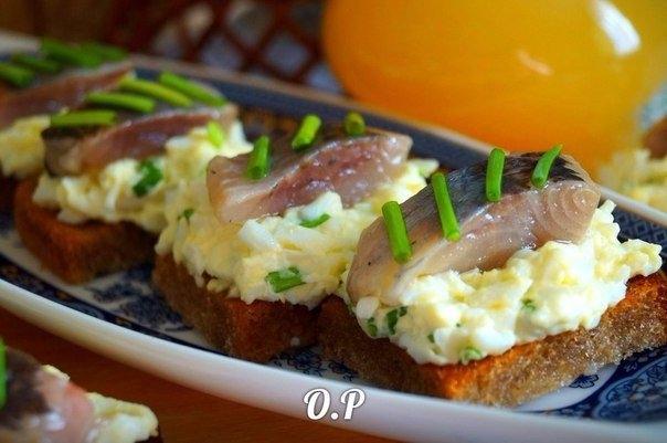 Фото к рецепту: Гренки с яйцом и селёдочкой.