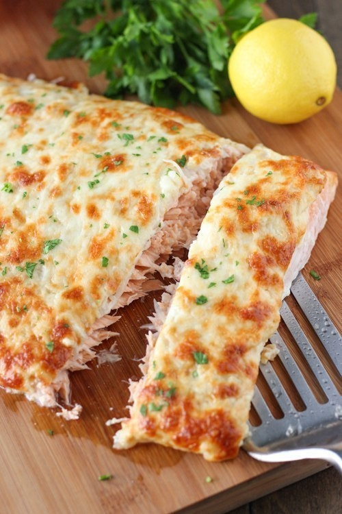 Фото к рецепту: Лосось, запеченный с сыром.