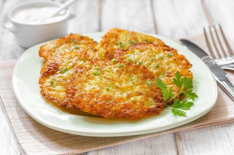 Фото к рецепту: Драники с ветчиной, сыром и зеленью