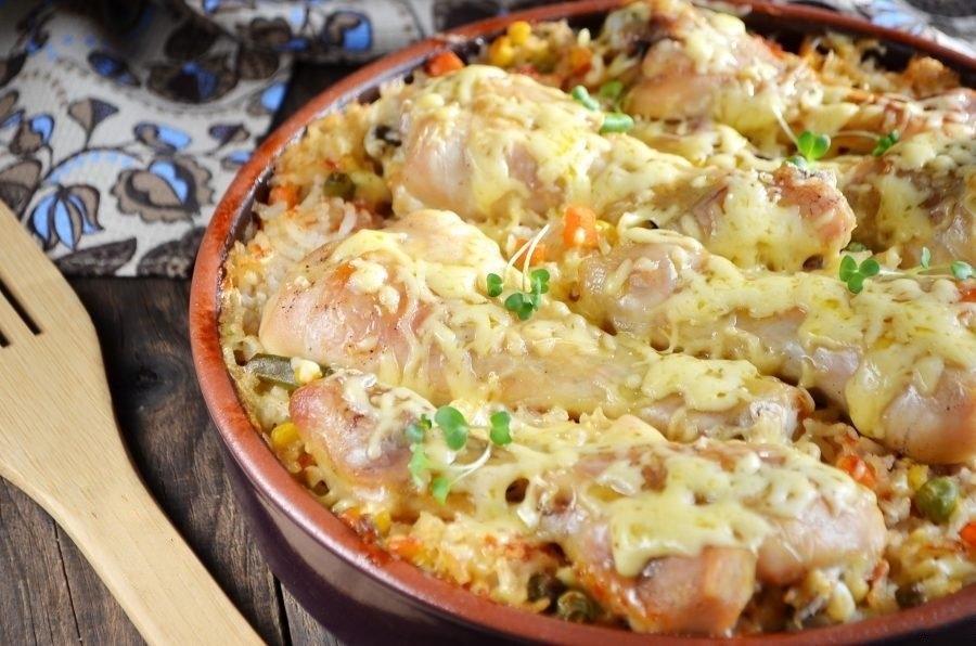 Фото к рецепту: Куриные ножки, запеченные с рисом и овощами