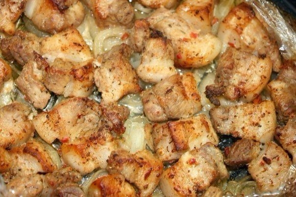 Фото к рецепту: Шашлык в духовке на луковой подушке