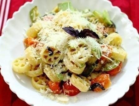 Фото к рецепту: Паста с кабачком и помидорами