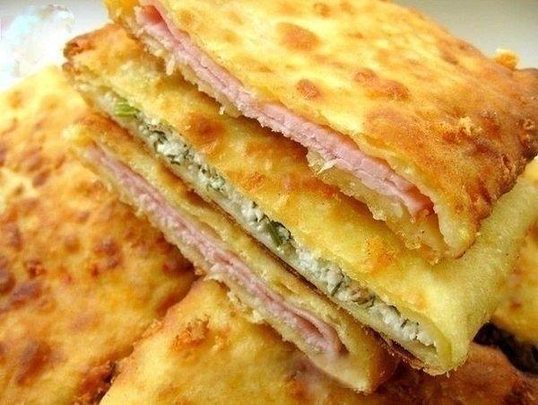 Фото к рецепту: Сырные лепешки с начинкой