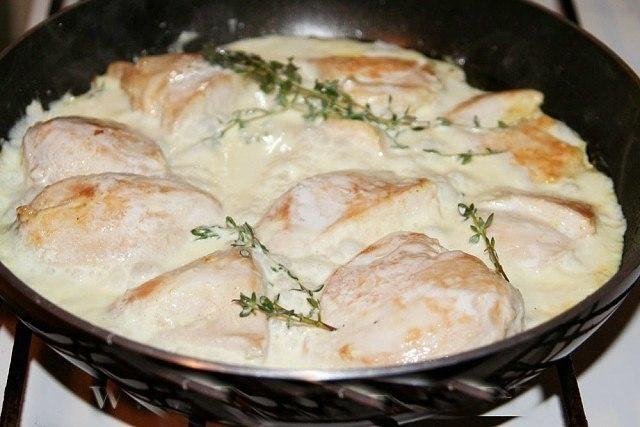 Фото к рецепту: Куриные грудки в сметане