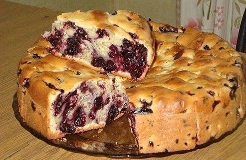 Фото к рецепту: Пирог с чёрной смородиной