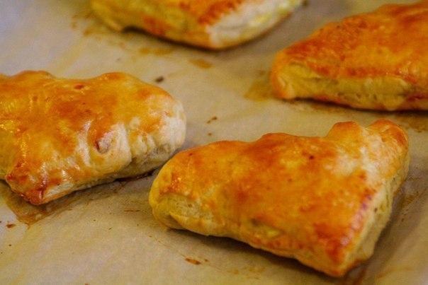 Фото к рецепту: Пирожки с яйцами и ветчиной