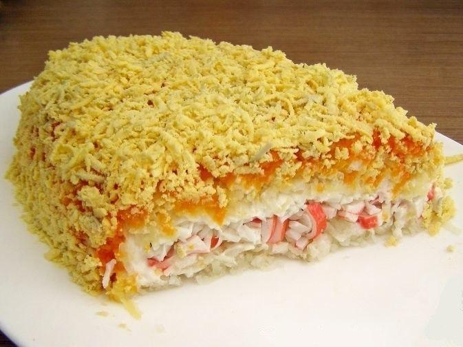 Фото к рецепту: Крабовый слоеный салат