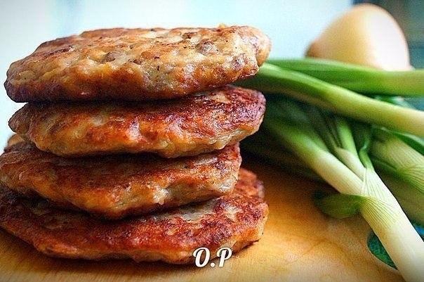 Фото к рецепту: Оладьи из картофельного пюре с фаршем