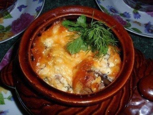 Фото к рецепту: Мясо в горшочке под сырной шапочкой