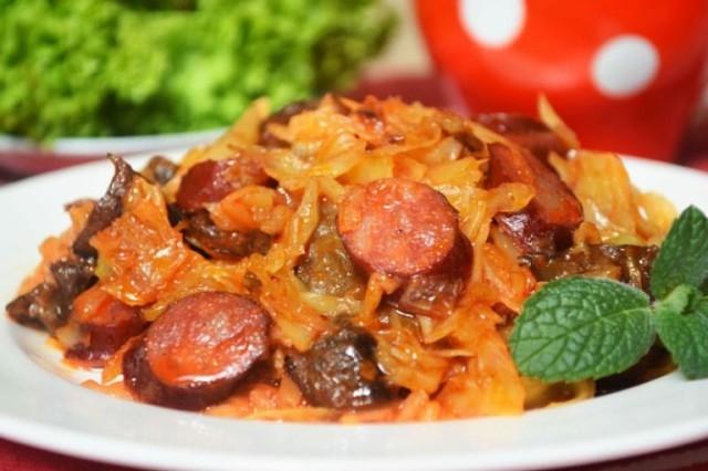 Фото к рецепту: Тушеная капуста с грибами и охотничими колбасками
