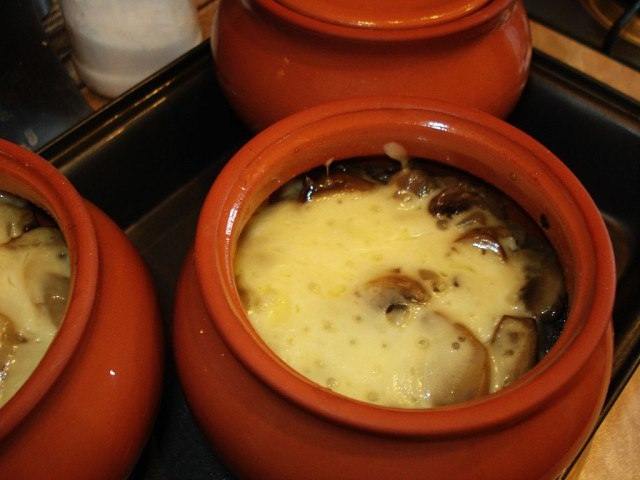 Фото к рецепту: Мясо в горшочке с сыром