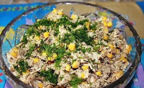 Фото к рецепту: Салат из шпрот с сухариками