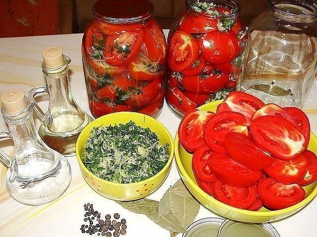 Фото к рецепту: Готовим на зиму помидоры консервированные половинками.