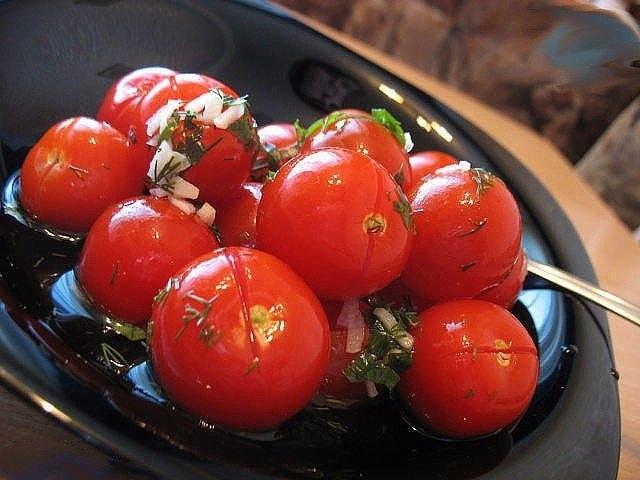 Фото к рецепту: От таких малосольных помидоров с чесночком никто не откажется.