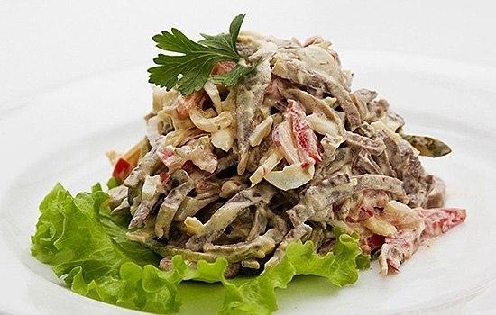 Фото к рецепту: Салат с языком и маринованными грибами