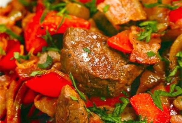 Фото к рецепту: Мясо тушеное с шампиньонами и сладким перцем