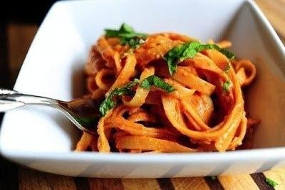 Фото к рецепту: Феттучини в томатно-сливочном соусе