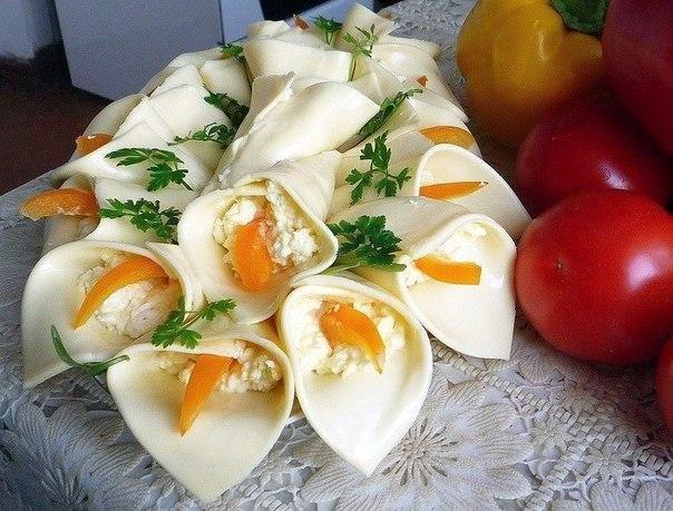 Фото к рецепту: Закуска сырная каллы