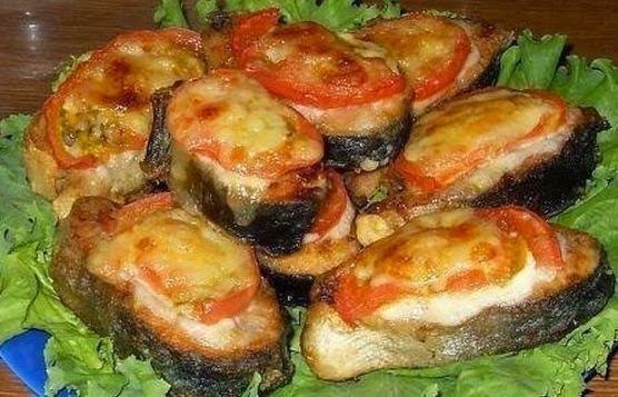 Фото к рецепту: Рыба с помидорами под сыром