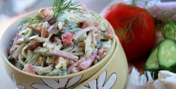 Фото к рецепту: Салат из ветчины, помидоров, огурцов и сыра