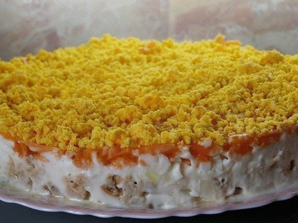 Фото к рецепту: Салат из горбуши консервированной с грибами