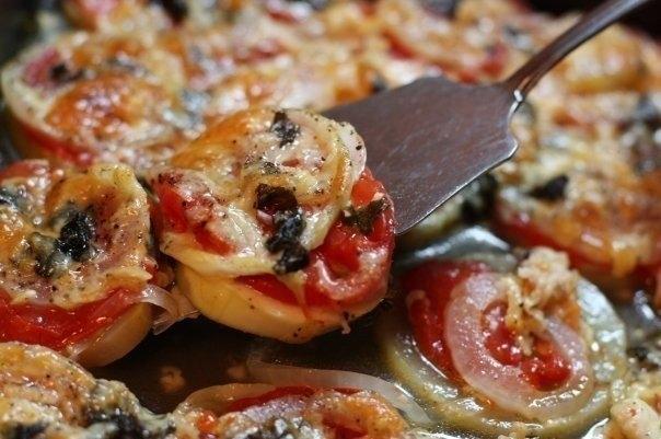 Фото к рецепту: Кабачки запеченные с луком и помидорами.
