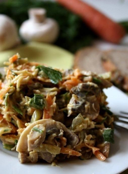Грибной салат с сыром, морковью и солеными огурцами 0