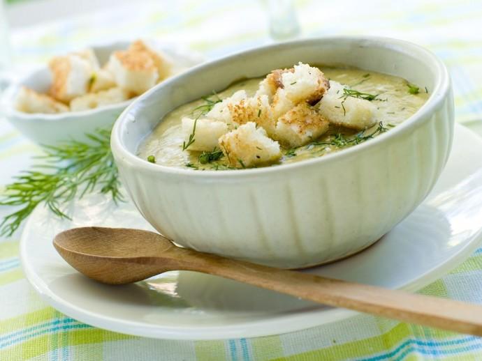 Гороховый суп с сельдереем и сухариками
