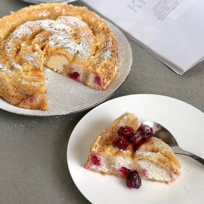Блинный торт-улитка с творогом и вишней