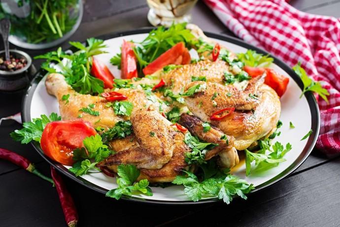Цыплёнок тапака в духовке с румяной корочкой