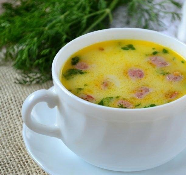 Суп с охотничьими колбасками и сыром