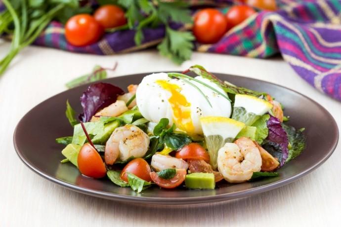 Салат с креветками, авокадо и яйцом-пашот